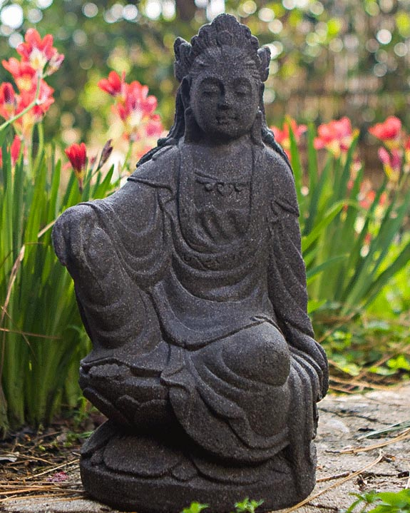 Exceptionnel Kuan Yin Statue In Lava Stone, 12 Inches Tall